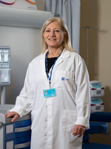 médica no hospital de dia oncológico