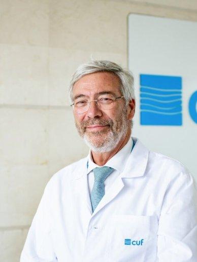 médico oncologista no exterior do hospital